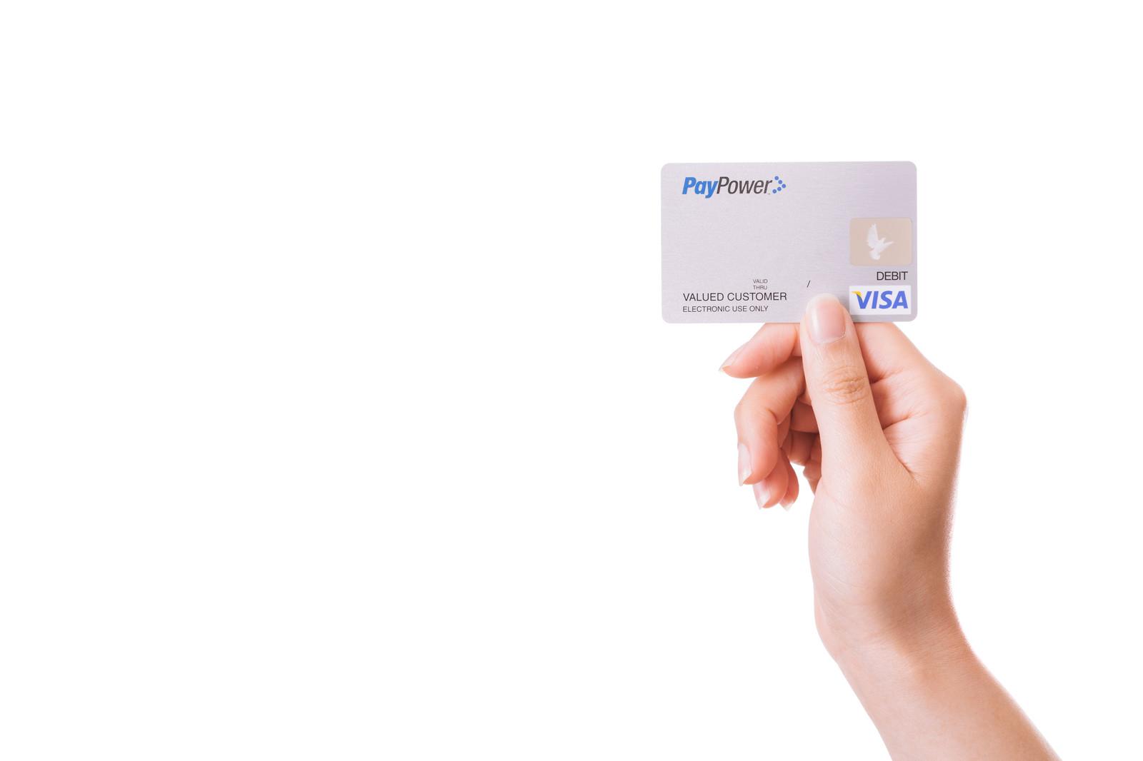 クレジットカードを持った手