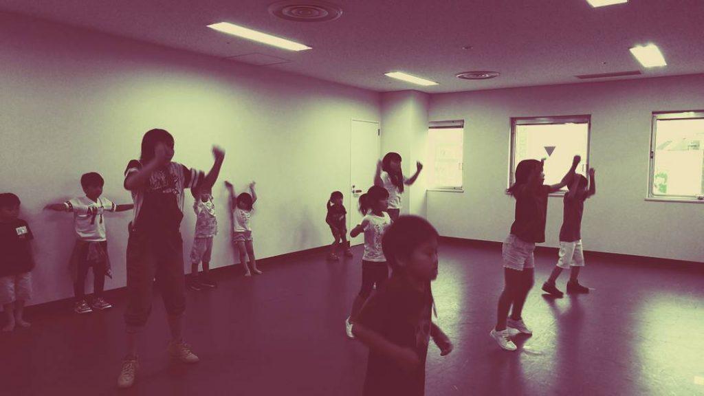 ダンスする子どもたち