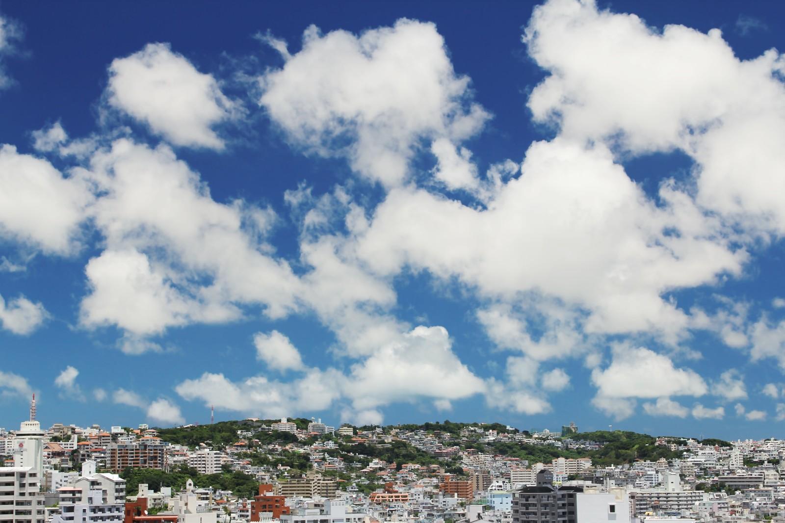 青空と雲の下にある町